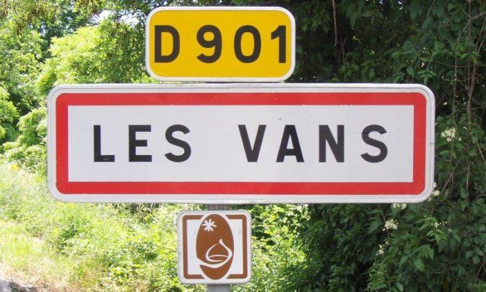 Vous entrez dans la charmante commune de Les Vans...